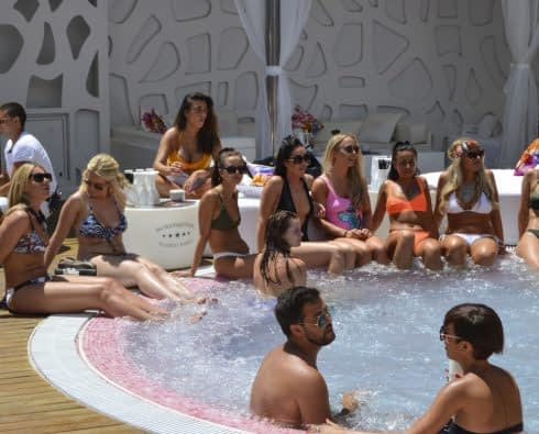 Poolparty på Sisu Hotel